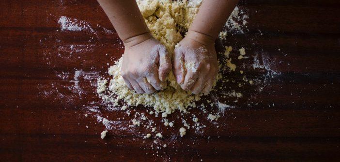 Waarom is bakpoeder zo belangrijk tijdens het bakken?
